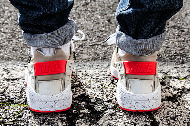 The Source Sneaker Of The Day Nike Air Huarache Light Beige Laser Crimson
