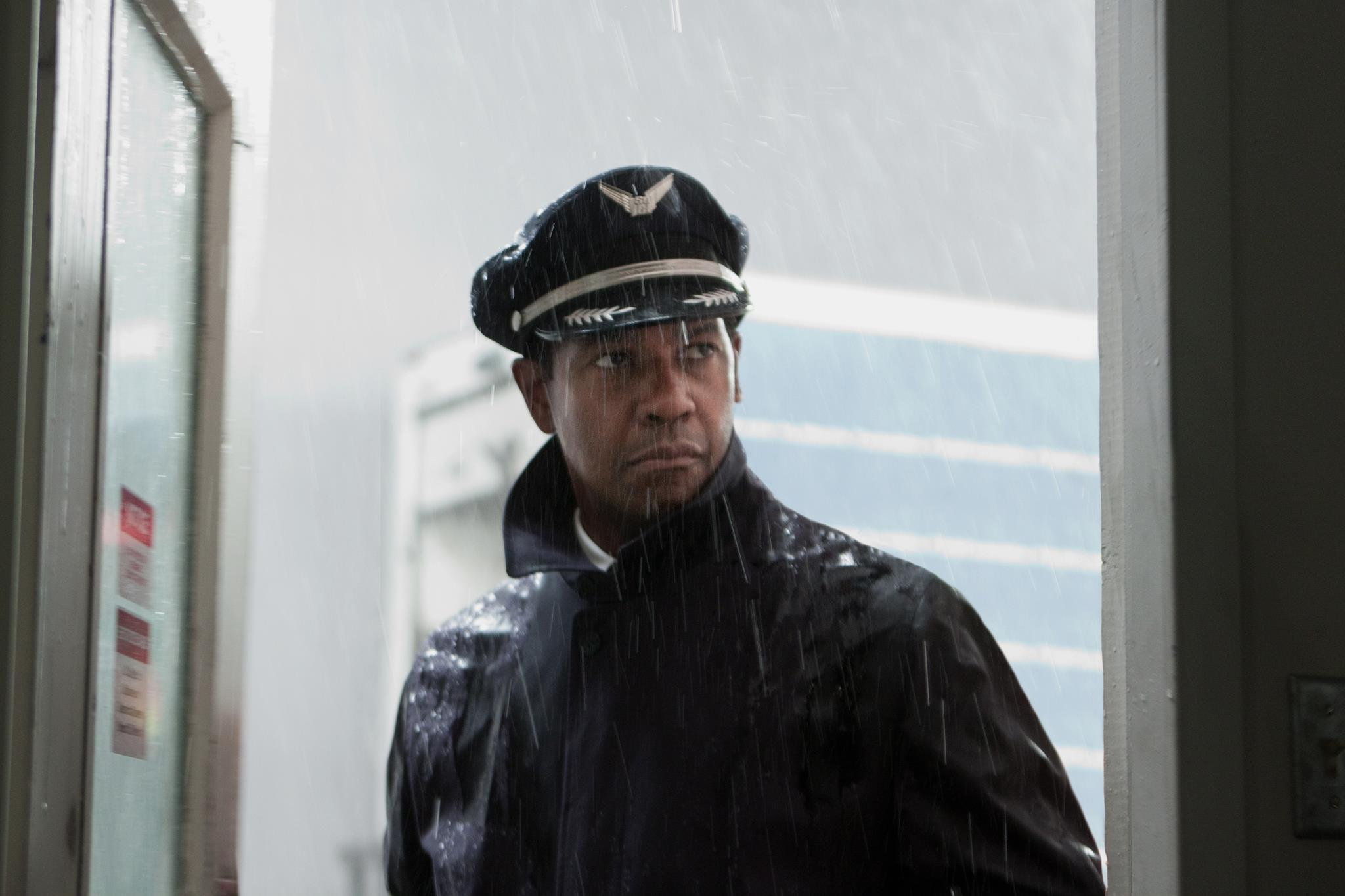 Denzel-Washington-in-Flight-2