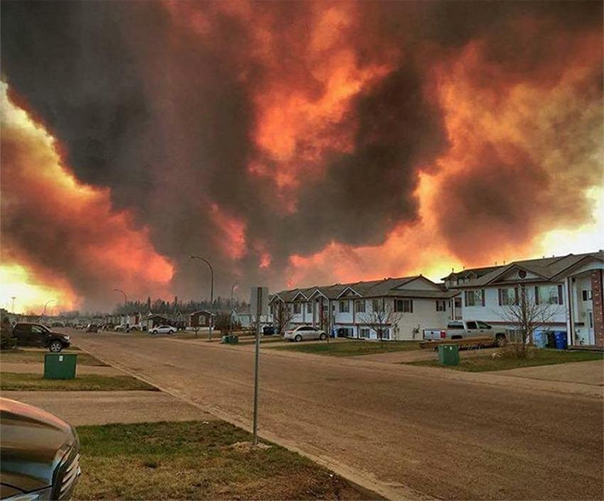many neighbourhoods evacuated as massive wildfire encroaches on fort mcmurray body image