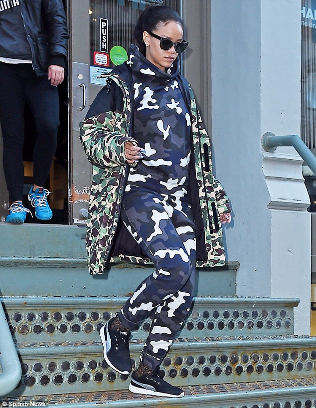 26ce2f2100000578-3002898-camouflage_chic_rihanna_was_seen_leaving_the_gym_in_new_york_cit-a-1_1426805984909