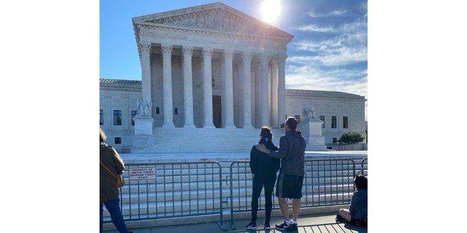 Sen. Kamala Harris Visits Supreme Court, Tweets Appreciation for Ruth Bader Ginsburg